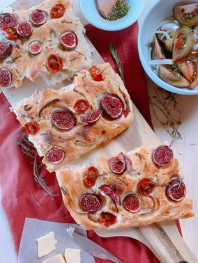 Focaccia esponjosa con higos, tomates, cebolla morada y hierbas