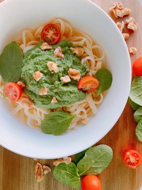Tallarines con salsa de espinacas, aguacate y nueces