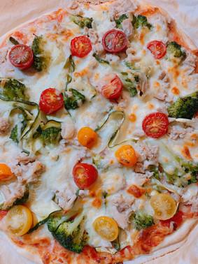 Pizza de brócoli, calabacín, atún y mozarella fresca