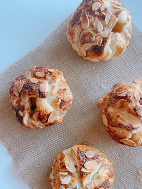 Bollos crujientes de hojaldre rellenos de mascarpone, almendras, peras y lima