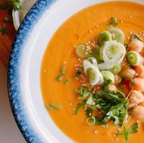 Crema de calabaza y zanahoria vegana con garbanzos y sésamo