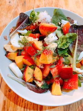 Ensalada de atún, queso de cabra y nectarinas