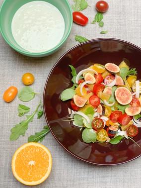 Ensalada de naranja y higos con salsa de queso y albahaca