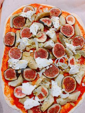 Pizza casera de higos y alcachofas con queso de cabra tierno