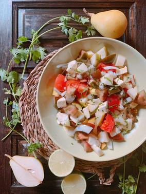 Caprese de pera y burrata con vinagreta de lima y cilantro