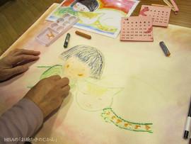 年配の皆さん「ヒサの絵を見ながら描きたい」とのことで、プリントしたヒサ作品をお配りすると、とっても素敵に描いてくださいます。見ながら描いてももいい。そんなワークショップです。