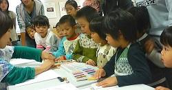 保育園、幼稚園、学校、子ども達の場、大人の方の場、様々な場所でワークショップを続けてきました。