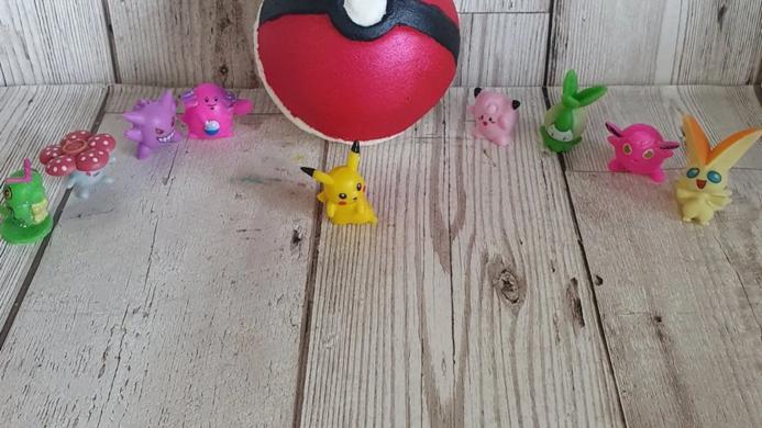 Pokemon ball bathbomb with toy