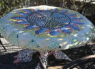 Tisch aus Beton und Mosaik