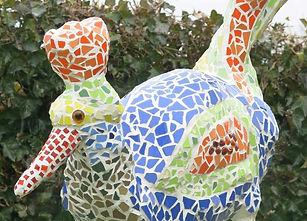 Vogel aus Beton und Mosaik