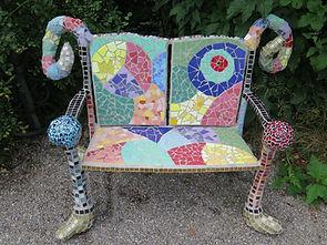Sitzbank aus Beton und Mosaik