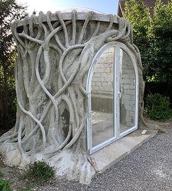 Schlafzimmer im Garten / aus Beton und Mosaik