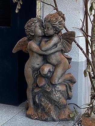 Vidroflor; Der erste Kuss; 114502; Rosteffekt; Steinguss; Gartenskulptur; Gartenfigur; küssende Engel; Engelskuss; Galarosa