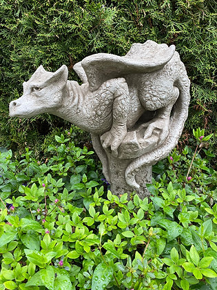 Drache lauernd; von Fiona Scott; Vidroflor; Galarosa; Theron; auf Säule; Steinguss; Gartendrache; PGS029; Skulptur