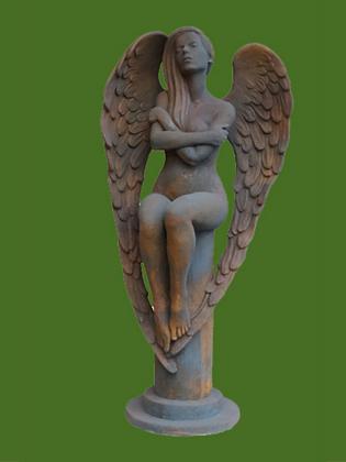 Engel Eloa; auf Säule sitzend; Vidroflor; Steinguss; Edition Oxid; Rost; 116300EO; Gartenengel; Gartenfigur; Skulptur