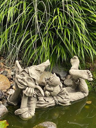 Elfe Holly mit Frosch Max; Vidroflor; Steinguss; 1221; Gartenfigur; Skulptur; Steinfigur; Besonderes für den Teich; Gnom