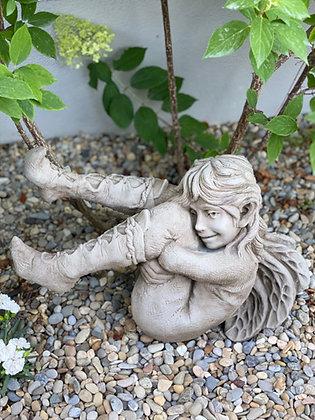 Faith; Elfe; Vidroflor; Galarosa; Steinguss; Gartenfigur; Gartendeko; Skulptur; Fiona Scott; Elfe vergnügt