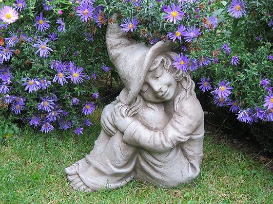 kleine Hexe Hazel; Hexchen; Fiona Scott; Vidroflor; Steinguss; grau; sitzend; schlafend; Gartenfigur; Märchengarten; Galarosa