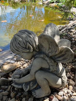 Andin; Elfenkind; Galarosa; Vidroflor; 114220; Gartenfigur; mit Frosch; Feenkind; Steinguss; frostfest; Gartendeko; Skulptur