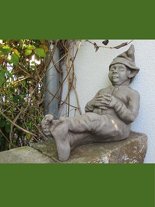 Wichtel schlafend; schlafender Wichtel; Steinguss; grau; Fiona Scott; Vidroflor; 1388; Gartenfigur; Elf; Galarosa; Gartendeko