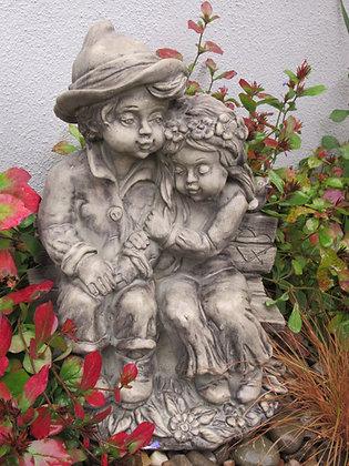 Pärchen; Carla und Ferdinand; Steinguss; Paar auf Bank; Vidroflor; 1210-B; Antik; Gartenfigur; Gartendeko