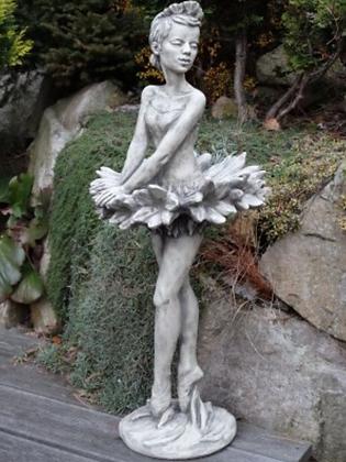 Zauberblume; Blütendame; Kornblume; Steinguss; Betonguss; Galarosa; Gartenfigur; Skulptur; Ballett; tanzende Dame; Blume