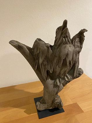 Vidroflor; Galarosa; Wesen der Lüfte; Amsel; dunkler Steinguss; Steinfigur; Vogel auf Ast; Skulptur; Gartenfigur