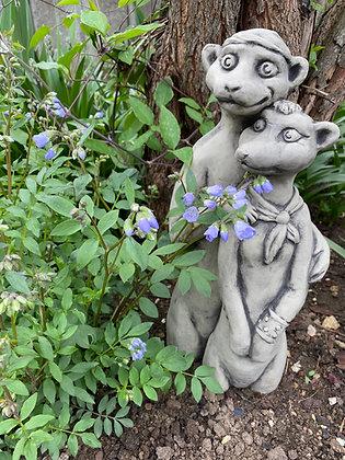 Erdmännchen; Paar; Biker; Zauberblume; Betonguss; Stein; Tiere; Gartendekoration; Schaugarten; Beetgestaltung; Skulptur