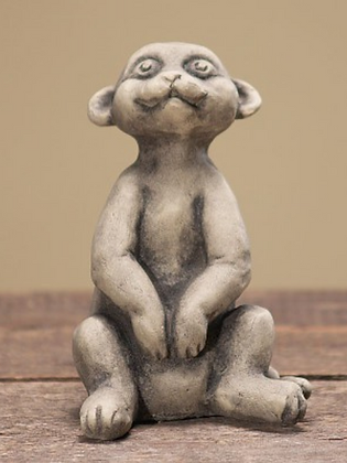 Erdmännchenkind Moritz; Zauberblume; frostfester Betonguss; Steinguss; Gartenfigur; Topffigur; Gefäßdeko; 24-50455