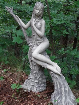 Baumhüterin Buche; Steinguss; Antik; Vidroflor; 116402; 116402R; Baumfrau auf Ast; Galarosa; Gartenfigur; Skulptur; Baumfigur
