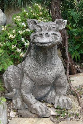 Drache Cheezy; lächelnd; grinsend; Steinguss; Fiona Scott; Vidroflor; 1332; grau; Antik; Gartenfigur