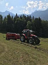 Lindner Geotrac mit Ballenpresse im Kanton Uri im Einsatz