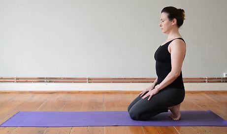 Mit dieser so genannten Vinyasa-Sequenz, mit mehreren Rückbeugevarianten auf dem Bauch, kannst du dein Körper stärken und energetiesieren!