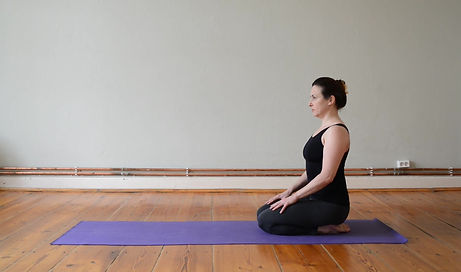 Diese kurze Sequenz beinhaltet wirksame Rücken udn Flankendehnede Haltungenim Sitzen.