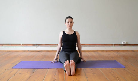 In einer 10 Minutigen Sequenz zeige ich dir enfache und wirksame Übungen zur Lösung der Spannungen im Nacken- und Schulterbereich. Auch eine kleine Selbstmassage ist dabei.