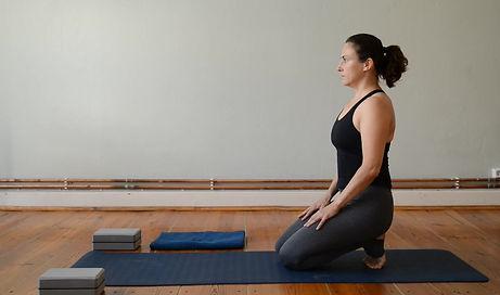 Diese Yogahaltung hilft bei Dehnung eines verkürzten Psoasmuskels. Denke daran in dieser Haltung Bauch- Po- und Oberschenkelmuskulatur anzuspannen.
