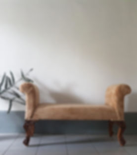 Soft bench with carved legs