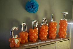 prénom en ballon mylar posé sur des colonnes