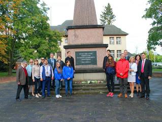 Возложение цветов к памятнику советским солдатам в городе Вильдау.
