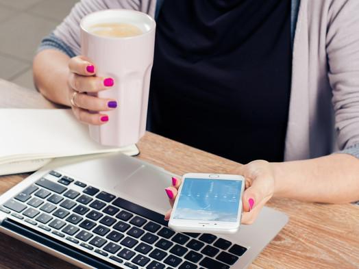 Je možné dobiť si telefón šálkou kávy?