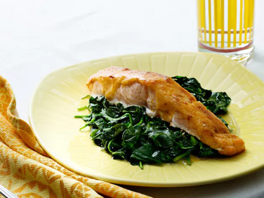 Chilli-covered salmon with spinach