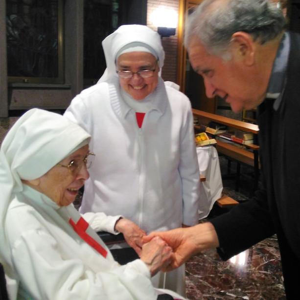 Monsignor Corradini saluta Suor Amelia.