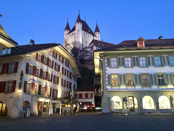 thun-rathausplatz-winter-schloss-metzger