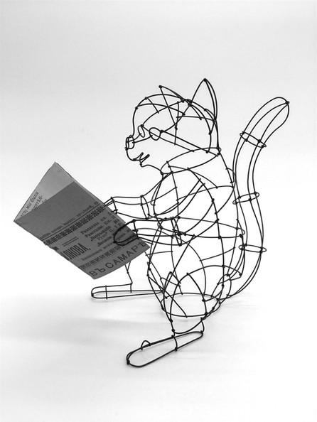 本を読むネコ
