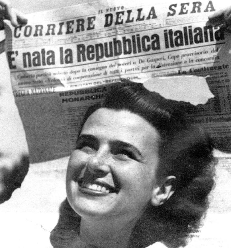 La prima pagine dei giornali nei giorni successivi alla nascita della Repubblica Italiana riporta la foto di una giovane donna sorridente che festeggia la vittoria del referendum.