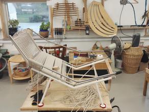 Se Hans J. Wegners smukke møbler i proces her på mit lille Tour de pp møbler.