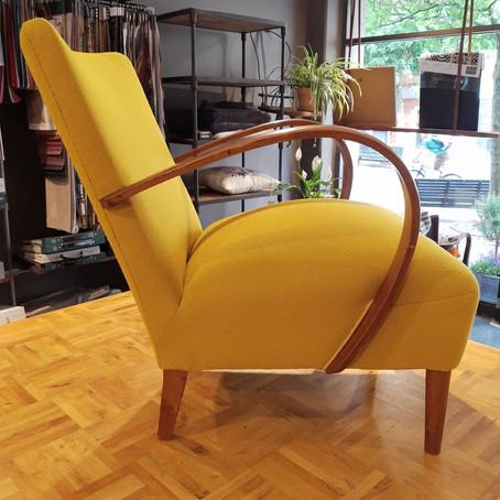 Før og Nu fotos af ompolstret stol.