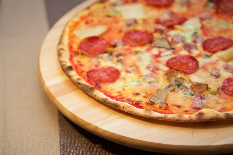 pizza salamino funghi formaggi