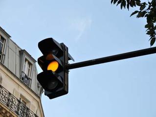 Passer au feu orange: légal ou pas ?