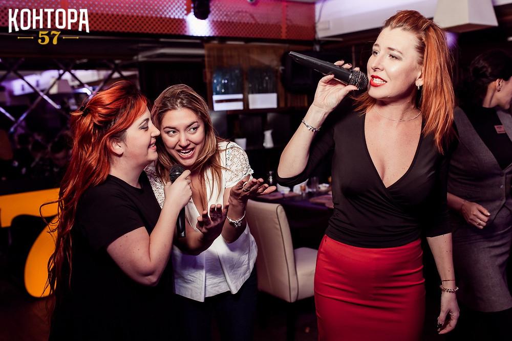 Любишь петь в караоке клубе?
